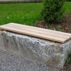 Sitzstein-mit-Holzrost