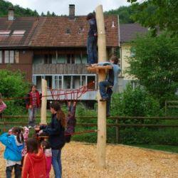 spielplatz-trimbach-so-kletterpfahl-mit-ausguck