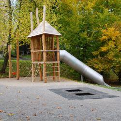 spielplatz-st-gallen-hor-06-spielturm-mit-spitzdach