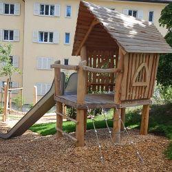 place-de-jeux-neuchatel-russspielhaus-auf-stelzen-mit-anbaurutsche1