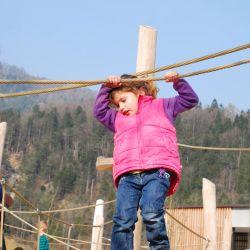 spielplatz-tierpark-goldau-Balancierseil_mit_Halteseil