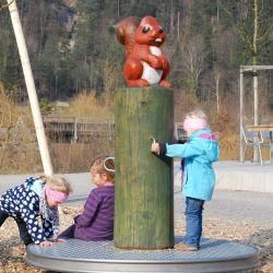 spielplatz-tierpark-goldau-Karussel_Eichhoernchen