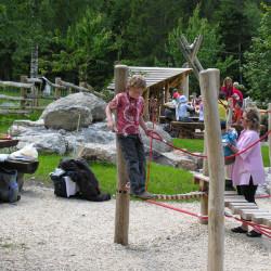 spielplatz-pilatus-krienseregg-balancierseil-mit-halteseil